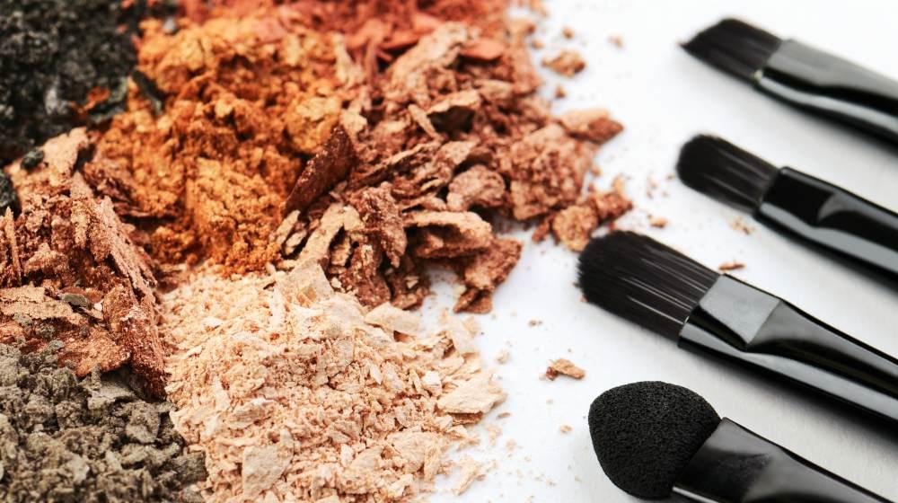 vier Make-up-Pinsel und zerbröckelter Lidschatten in verschiedenen Farben Fantastische hausgemachte Make-up-Produkte | DIY Make-up | hausgemachte Kosmetik