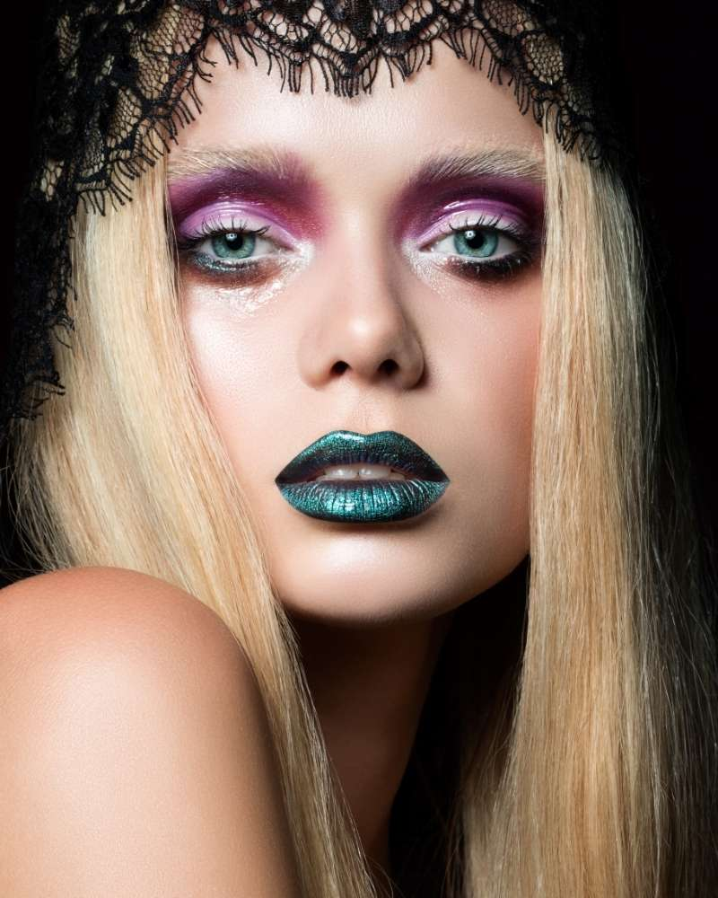 MADAnPSfr30-fashion-portrait-of-young-woman-with-blue-lips   grunge makeup looks