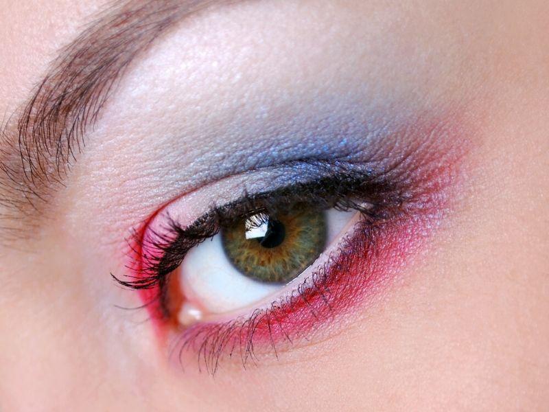 Einfacher roter blauer Lidschatten | Make-up-Tutorials zum patriotischen Gedenktag, die Sie ausprobieren sollten